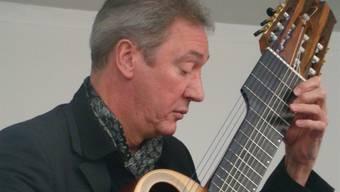 Anders Miolin spielte im Rehmannmuseum auf seiner 13-saitigen Gitarre. ari