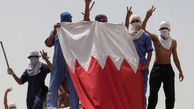 Studenten demonstrieren auf einem Hausdach in der Haupstadt Manama