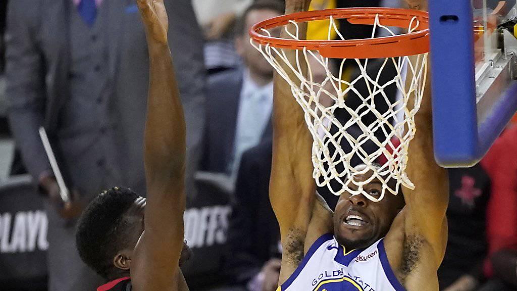 Clint Capela (links/dunkel) kann den Slam-Dunk von Andre Iguodala (Golden State Warriors) nicht verhindern.