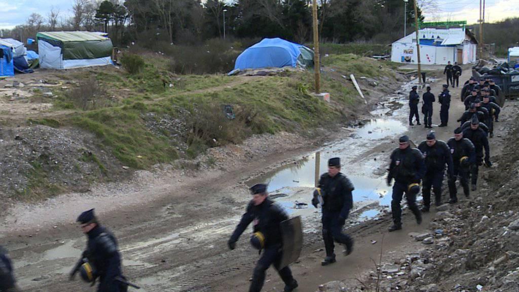 Ein Grossaufgebot der Polizei schützte die Arbeiter, welche mit dem Abriss eines Teils des Flüchtlingslagers von Calais begannen.