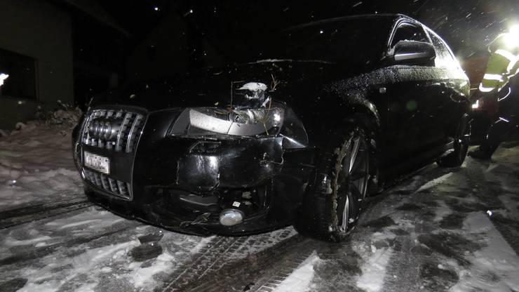 Auf schneebedeckter Strasse geriet ein Neulenker gestern Abend mit seinem Wagen ins Rutschen.