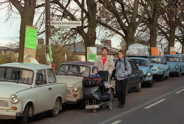 Eine Familie aus der DDR läuft am 9.11.1989 auf der Straße zum Zentralen Aufnahmelager in Gießen.