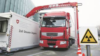 Übersetzte Einkaufspreise? Ein Lastwagenscanner durchleuchtet einen Lastwagen am Zoll von Chiasso. keystone