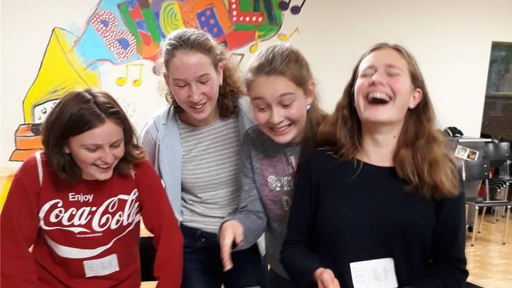 Mädchen bauten bei interaktiven Demonstrationen Berührungsänste ab.