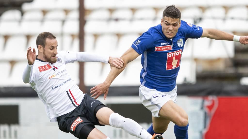 Harter Kampf auf dem Brügglifeld: Aaraus Verteidiger Jérôme Thiesson gegen den Luzerner Goalgetter Dejan Sorgic.
