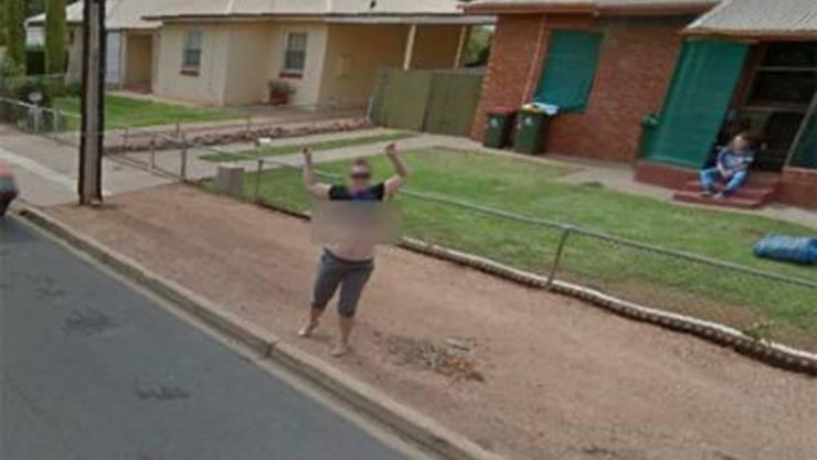 Diese Frau hat beim Vorbeifahren des Google-Streetview-Cars ihr T-Shirt hochgezogen und ihren Busen gezeigt.