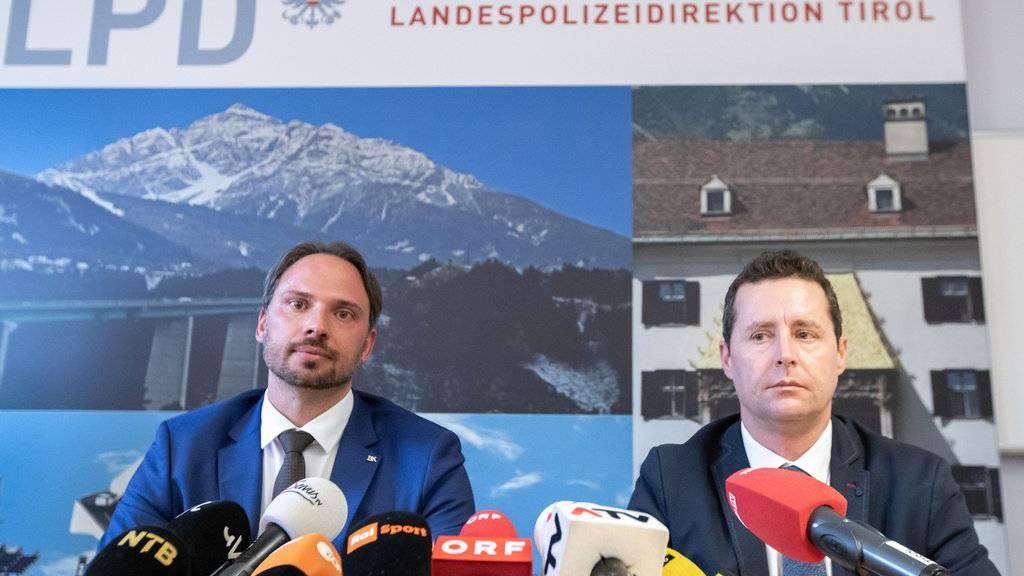 Dieter Csefan von der Polizei Innsbruck und Hansjörg Mayr von der Staatsanwaltschaft informieren über die Razzia an der WM.