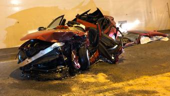 Schwere Frontalkollision zweier Autos im Umfahrungstunnel Oberwil-Lieli (1)