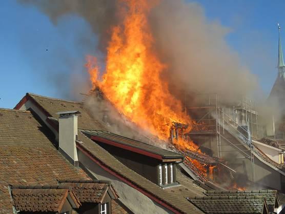 Am Dienstagabend brach im Dachstock eines Gebäudes in der Aarauer Altstadt ein Brand aus. Zwei Liegenschaften wurden weitgehend zerstört. Der rasche Einsatz der Feuerwehr konnte eine Katastrophe jedoch verhindern.