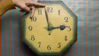 Zurück von drei auf zwei Uhr: Morgen Nacht endet die Sommerzeit. Wer die Uhren nicht zurückstellt, riskiert, eine Stunde zu früh zu einem Termin zu erscheinen. (Themenbild)