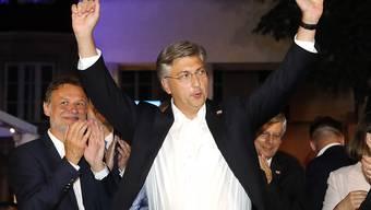 Der alte und neue Premierminister Kroatiens, Andrej Plenkovic (Bildmitte), lässt sich nach dem überzeugenden Wahlsieg bei den Parlamentswahlen feiern.