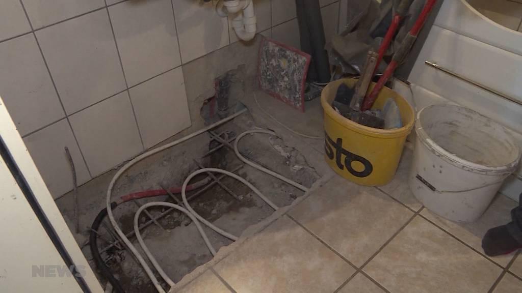 Bröckelnder Verputz und feuchte Wände: Edgar Grubauer lebt seit 2,5 Jahren mit Wasserschaden