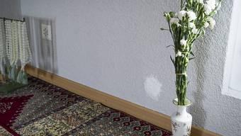 Verputztes Einschussloch und Blumen in der St. Galler El-Hidaje-Moschee: Der Schütze ist wegen Mordes zu 18 Jahren verurteilt worden. (Archivbild)