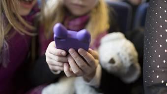Der Teddy wird verdrängt: Die Spielzeugindustrie tut sich schwer mit der digitalen Konkurrenz.