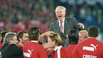 Die Spieler feiern ihren Trainer: Köbi Kuhn führte das Nationalteam mit viel Intuition. Bild: Freshfocus (Basel, 11. Oktober 2003)