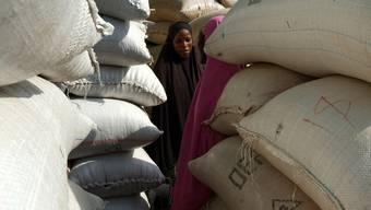Zwei junge Frauen zwischen Erdnuss-Säcken im Niger (Archiv)