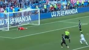 Messi verschiesst vom Elfmeterpunkt. Der Isländische Kommentator dreht am Mikrofon durch.