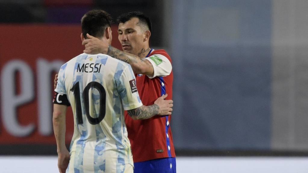 Lionel Messi tauscht sich mit Chiles Gary Medel aus