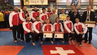 Die Schweizer Delegation hat bei der Qwan-Ki-Do-Europameisterschaft in Spanien vor drei Wochen gleich vier Bronzemedaillen gewonnen. Nazzareno Caretti, der ranghöchste Qwan-Ki-Do-Meister der Schweiz (2. Reihe, vierter von rechts), freut sich mit seinem Team über den Erfolg.