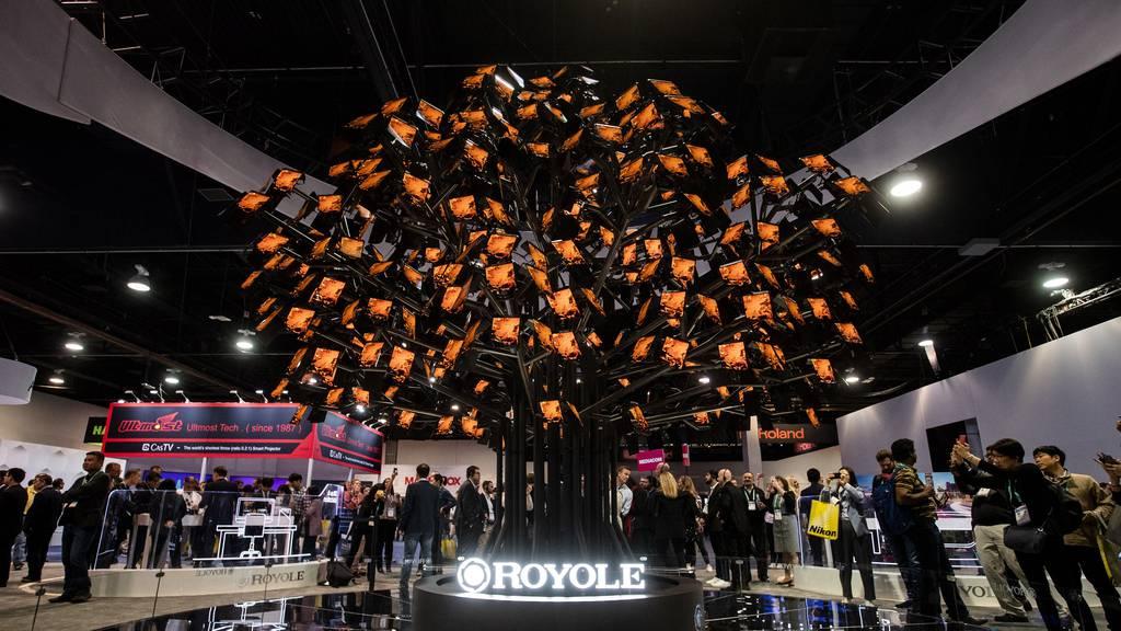 Der chinesische Smartphonehersteller Royole hat bei seiner Ausstellung gleich einen Baum aus Mobilgeräten aufgestellt.