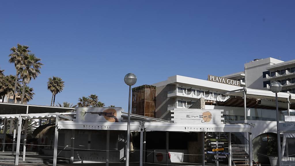 Keine Bedienung in Innenräumen: Auf Mallorca sollen die Corona-Maßnahmen wieder verschärft werden. Foto: Clara Margais/dpa