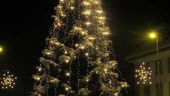 Der Weihnachtsbaum auf dem Kreisel bei der Kirche in Wohlen