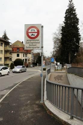 Fahrverbotstafel bei der Hallwylstrasse in Aarau.