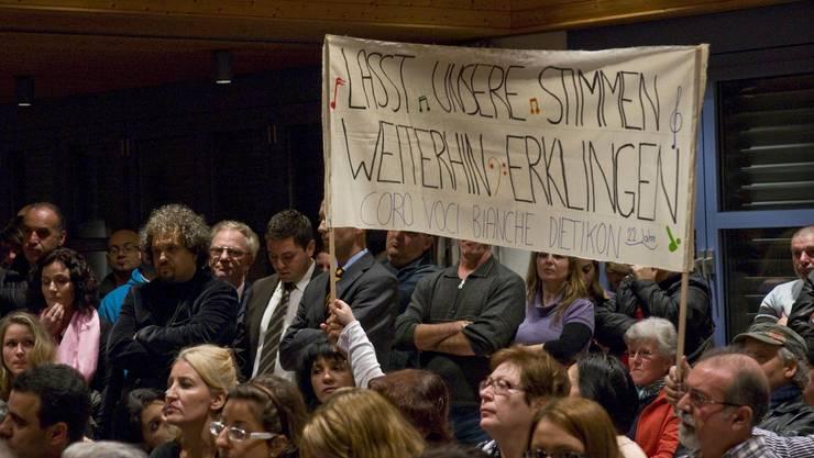 Proteststimmung: An der gut besuchten Kirchgemeindeversammlung drücken Mitglieder ihren Ärger mit Transparenten aus.