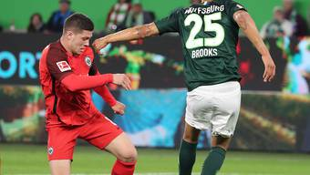 Frankfurts Goalgetter Luka Jovic (links) gegen John Anthony Brooks von Wolfsburg