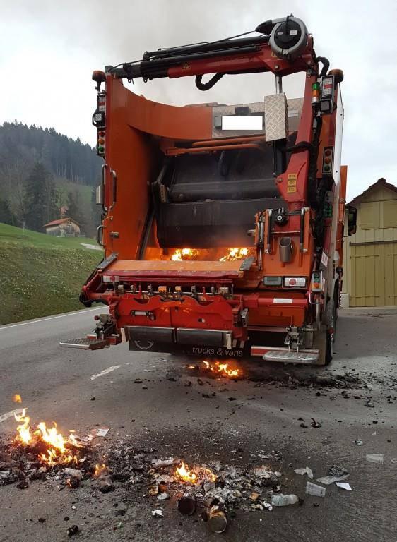 Abfall fängt während Fahrt feuer