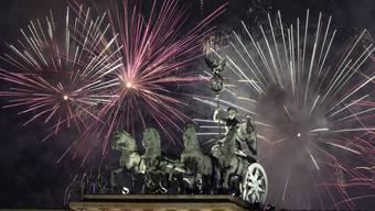 Feuerwerk am Brandenburger Tor in Berlin: In der deutschen Hauptstadt feierten Hunderttausende das neue Jahr unter grossen Sicherheitsvorkehrungen.