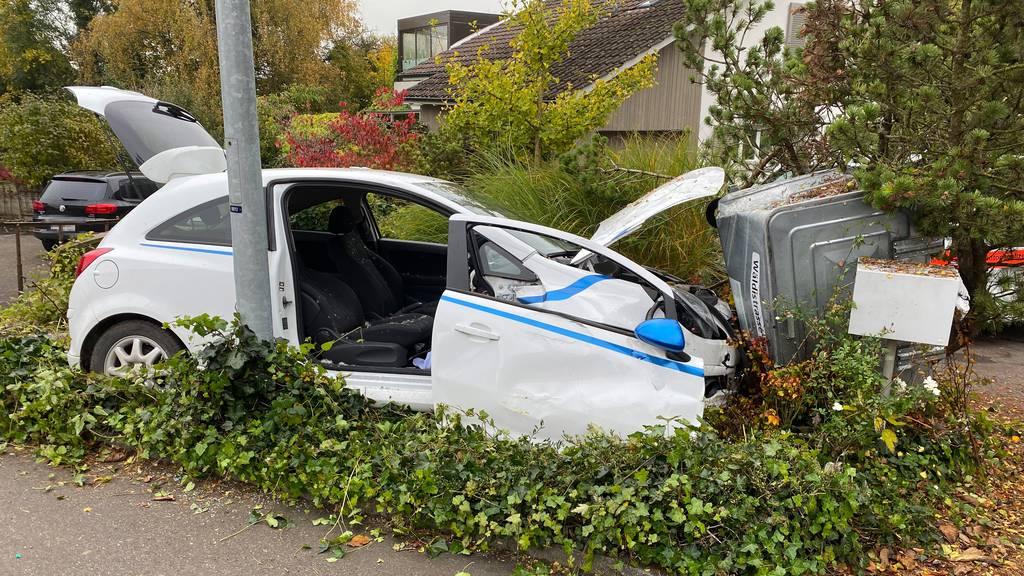 46-Jährige verliert Kontrolle über Auto und knallt in Container