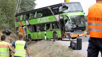 Der verunfallte Fernbus wird mit einem Kran geborgen.