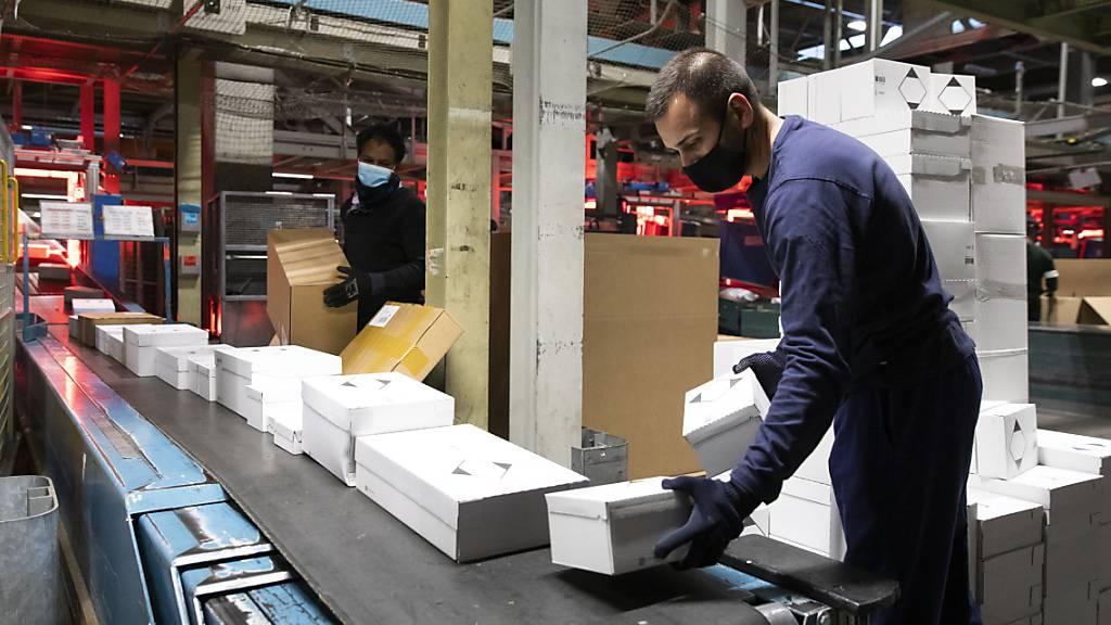 Angestellte der Post erhalten 400 Franken mehr Lohn bei einem Pensum von 100-Prozent. Zudem wird der Mindestlohn um 0,5 Prozent erhöht. (Archivbild)
