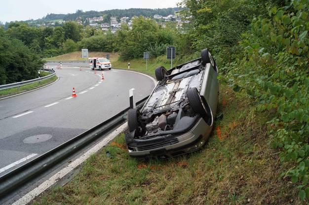 Zwei Autos sind auf der nassen Fahrbahn ins Rutschen geraten und verunfallt. Eine Person wurde verletzt, ein Fahrzeug erlitt Totalschaden.