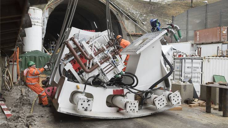 Beim südlichen Tunnelportal in Schinznach-Dorf wird bis Mitte April die 1920 Tonnen schwere Tunnelbohrmaschine zusammengebaut. zvg