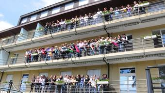 Im Mai 2010 finden sich die Mitarbeiterinnen und Mitarbeiter des «Sonnenblicks» zu einem Abschiedsfoto auf den Balkonen der Klinik.