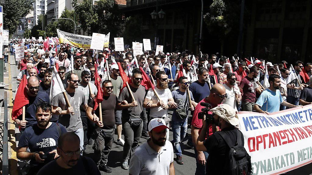Protestierende in Athen: Der Zorn richtet sich gegen die nicht zu Ende gehenden Sparmassnahmen der Regierung.