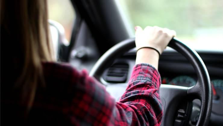 Eine betrunkene Autofahrerin verursacht einen Auffahrunfall. (Symbolbild)