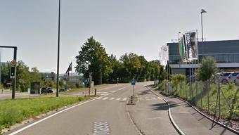 Ein Auto fuhr am Mittwochabend in einen Kickboard-Fahrer auf dem Fussgängerstreifen an der Rohrerstrasse in Aarau.