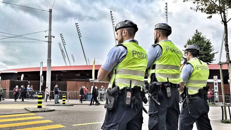 Fussballfans und Festbesucher halten die Zürcher Stadtpolizei am Wochenende auf Trab. (Symbolbild)