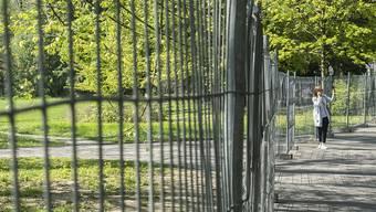 Im Kanton Zürich sind fünf weitere Patienten an den Folgen einer Corona-Infektion gestorben. Im Bild das abgesperrte Arboretum am Zürichsee.