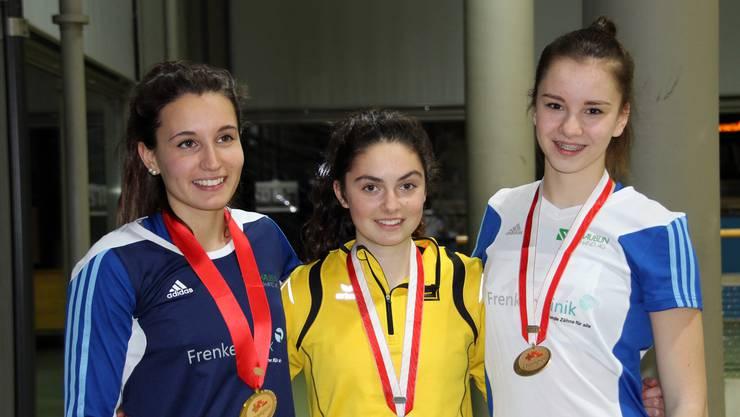 (v.l.n.r.) Celine Albisser (LV Frenke), Ronja Zimmermann (LAS Old Boys Basel) und Athina Schweizer (LV Frenke) mit ihren Dreisprung-Medaillen.