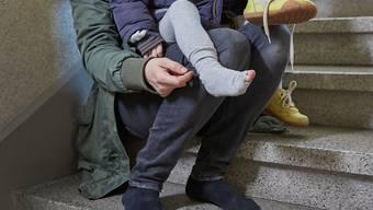 Rund 615'000 Personen in der Schweiz sind 2016 von Armut betroffen gewesen. Wie in den Vorjahren waren es überdurchschnittlich viele Alleinstehende mit minderjährigen Kindern. (Symbolbild)