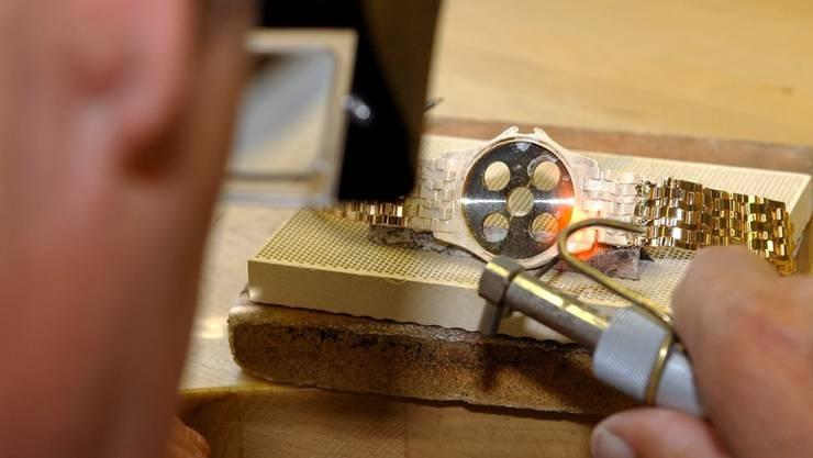 Uhrmacher in der Genfer Luxusuhren-Manufaktur Patek Philippe: Im Kanton Genf arbeiteten im vergangenen Jahr 9769 Personen in der Uhrenindustrie (Archiv).