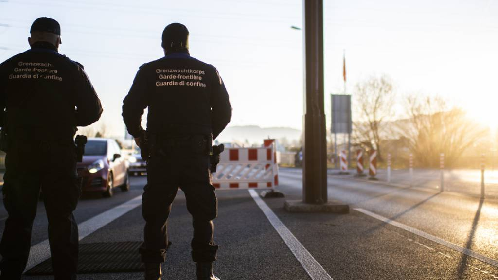 Schweizer Grenzwächter bei der Arbeit - sechs Parteichefs haben den Bundesrat in einem gemeinsamen Brief gebeten, wegen der Corona-Pandemie ein «umfassendes Grenz- und Testsystem» einzuführen. (Archivbild)