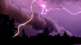 Neben Starkregen und Blitzen erwarten uns mit den aufziehenden Gewittern auch Sturmböen und lokale Hagelschauer. (Sybolbild: Keystone)