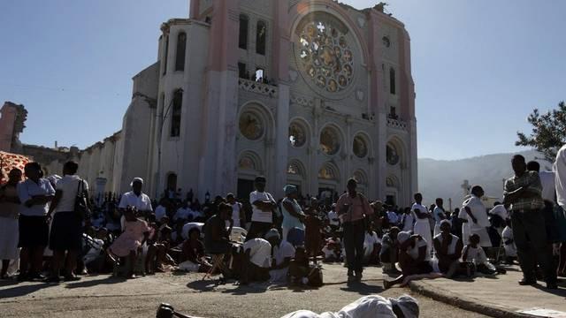 Tausende Menschen beteten zum Gedenken an das verheerende Beben vor den zerstörten Kirchen