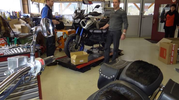 Brutschi Motos Eiken mit Firmengründer Heinz Brutschi (rechts) in der Töffwerkstatt