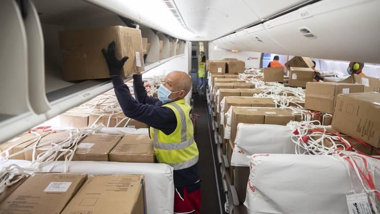 Die Swiss musste im Frühling viele Flüge stornieren – und stattdessen Masken transportieren.